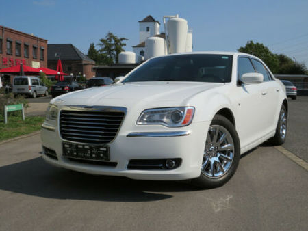 chrysler 300c https://cloud.leparking.fr/2020/06/13/00/07/chrysler-300c-chrysler-300c-weis_7637888819.jpg